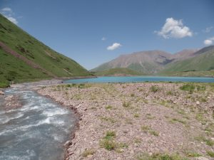 Река впадающая в озеро Коль-Тор.