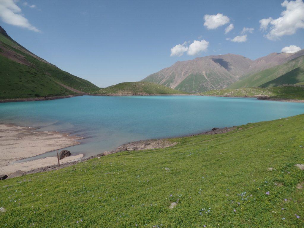 Озеро Коль-Тор в ущелье Кегеты..