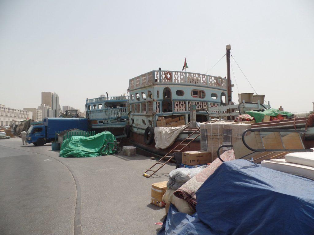 Разваливающиеся индийские корабли в бухте Дубай Крик