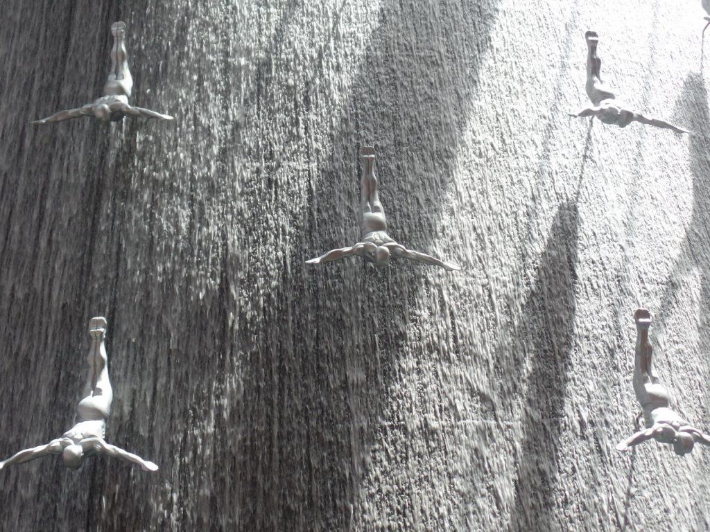 Водопад с ныряльщиками за жемчугом. Дубай молл.