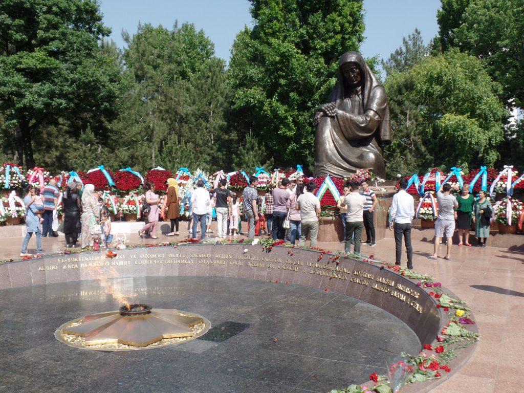 Вечный огонь и скорбящая мать в Ташкенте.