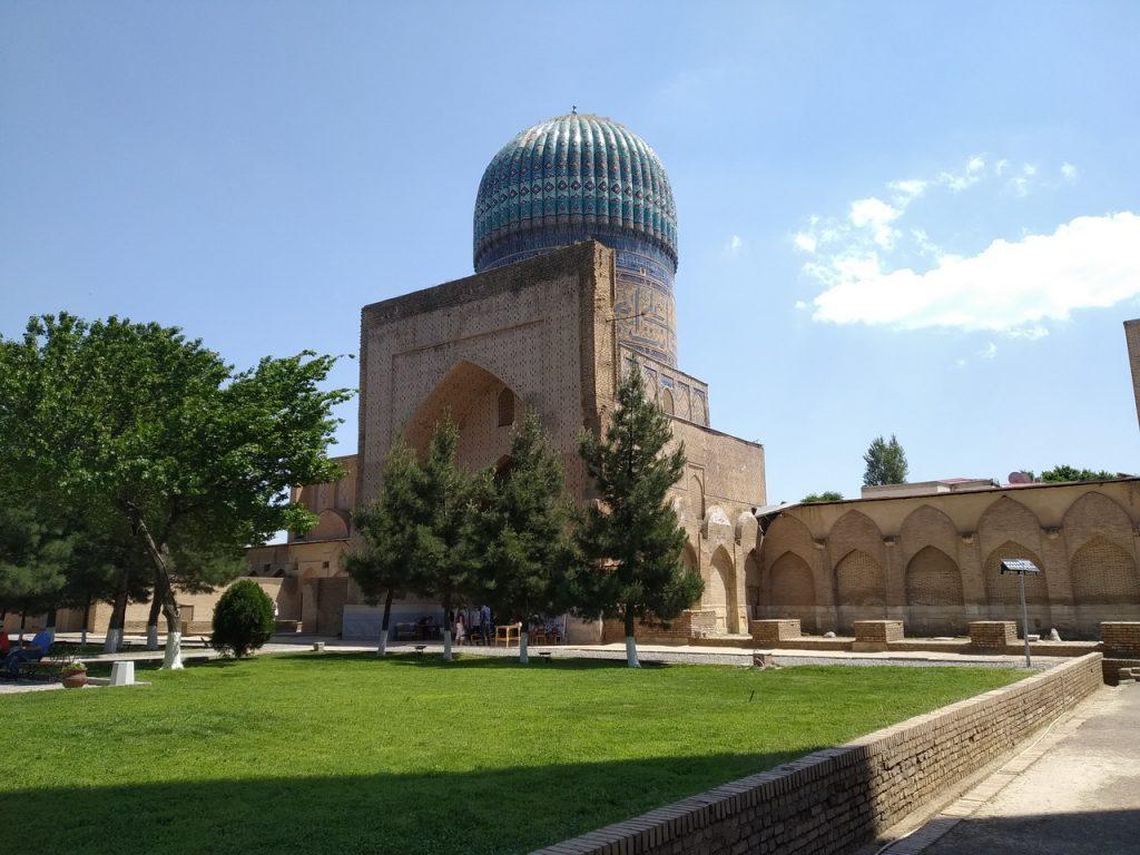 Внутри мечети Биби-Ханым