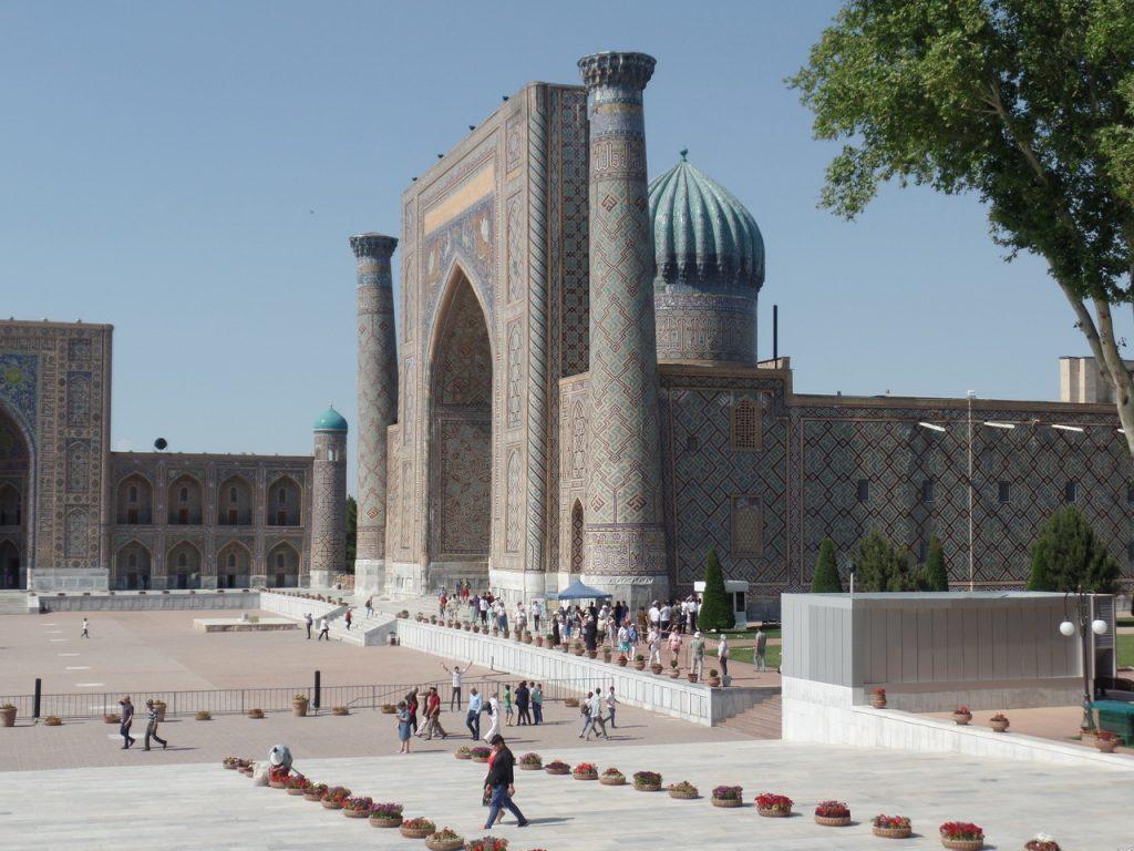 Медресе Шердор на площади Регистан