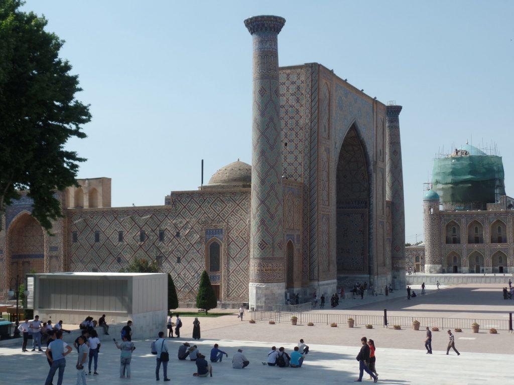 Медресе Улугбека на площади Регистан